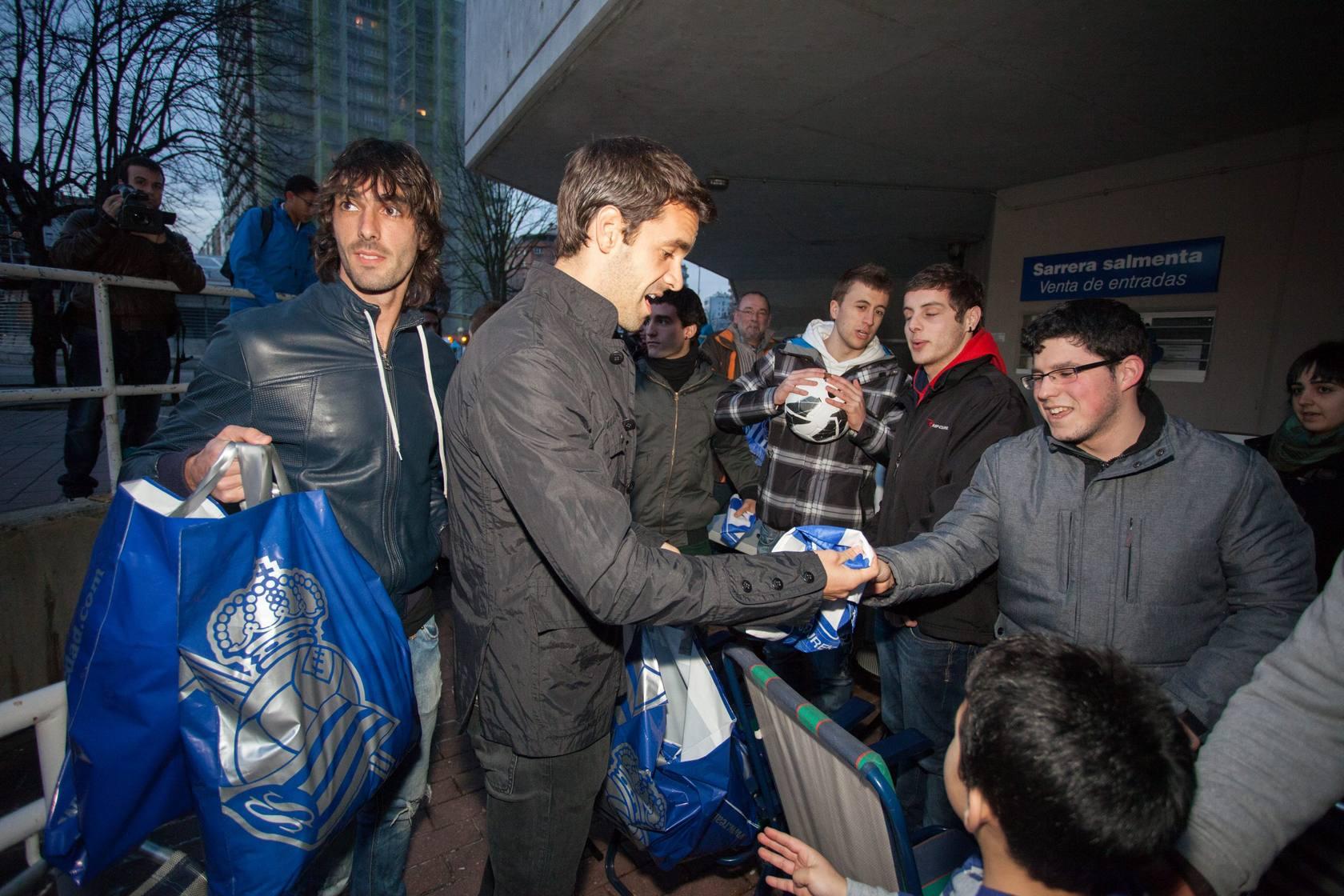 Montanier, Xabi Prieto, Chory, Ansotegi y Carlos Martinez visitan a los jugadores que hacen cola en Anoeta
