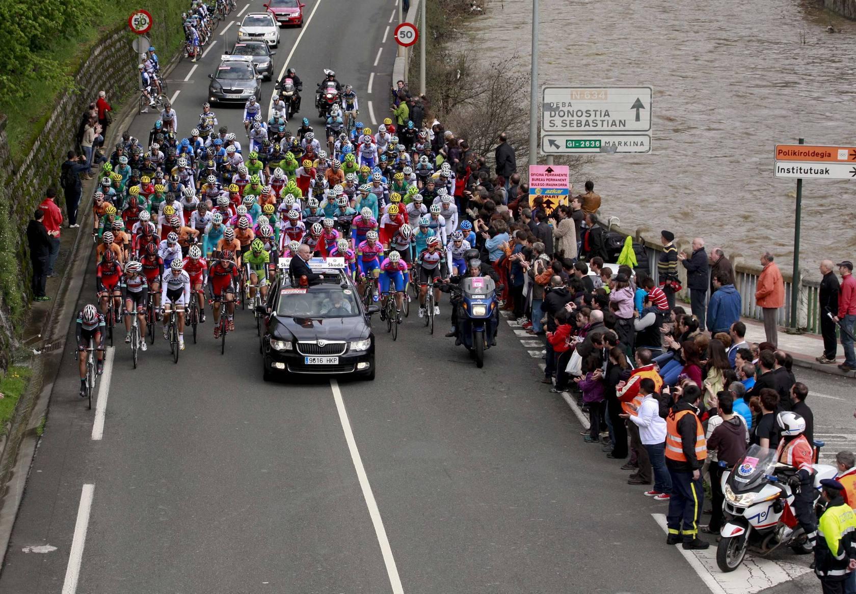 Salida de la primera etapa de la Vuelta al País Vasco